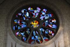 Glasfenster mit dem heiligen Geist als Taube