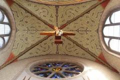 Christus ragt im Altarraum empor